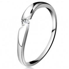 Diamentowy pierścionek z białego 14K złota - brylant bezbarwnego koloru w ukośnym wycięciu