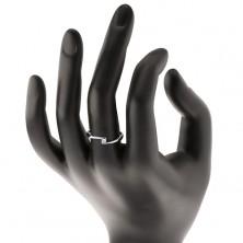 Pierścionek z białego 14K złota - przezroczysty diament między zwężonymi końcami ramion