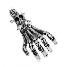 Stalowa zawieszka srebrnego koloru, patynowany szkielet ręki z małymi czaszkami