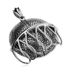 Masywna stalowa zawieszka srebrnego koloru, piłka do koszykówki wpadająca do kosza