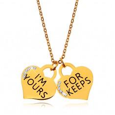 Stalowy naszyjnik złotego koloru, dwie serduszkowe zawieszki z napisami i cyrkoniami