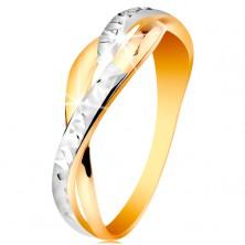 Dwukolorowy pierścionek ze złota 585 - rozdzielone i faliste linie ramion, błyszczące nacięcia