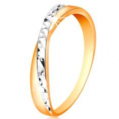 Dwukolorowy pierścionek ze złota 585 - rozdzielone ramiona, drobne błyszczące nacięcia