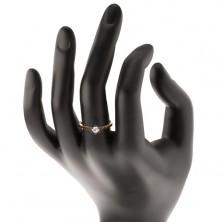 Złoty 14K pierścionek - bezbarwna cyrkonia w koszyczku z białego złota, wycięcia na ramionach
