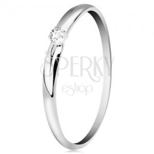 Brylantowy pierścionek w białym 14K złocie - cienkie nacięcia na ramionach, bezbarwny diament