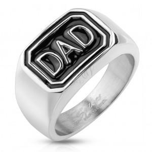 Pierścionek ze stali 316L srebrnego koloru, czarny prostokąt z napisem DAD