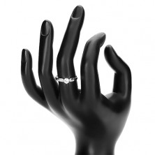 Srebrny 925 pierścionek, błyszcząca bezbarwna cyrkonia pośrodku i małe cyrkonie po bokach