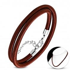 Naszyjnik owinięty błyszczącą nicią czekoladowo-brązowego koloru, karabińczyk