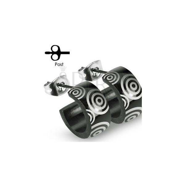 Czarne stalowe kolczyki ze srebrnymi kółkami