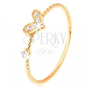 Złoty pierścionek 375, spiralnie skręcone ramiona, błyszczące serduszko, cyrkonia