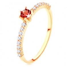 Złoty pierścionek 375 - przezroczyste cyrkoniowe pasy, podwyższony okrągły czerwony granat