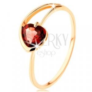 Pierścionek z żółtego 9K złota - czerwone serduszko z granatu, asymetryczne ramiona