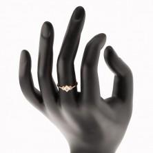 Błyszczący złoty pierścionek 375 - przezroczysty cyrkoniowy kwadracik, przezroczyste cyrkonie po bokach