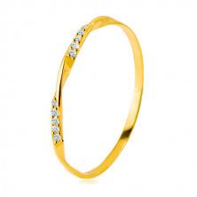 Złoty pierścionek 585 - gładka falista linia ozdobiona błyszczącymi cyrkoniami w przezroczystym odcieniu