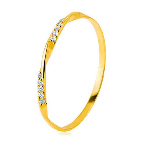 Złoty pierścionek 585 - gładka falista linia ozdobiona błyszczącymi cyrkoniami w przezroczystym odcieniu - Rozmiar : 54
