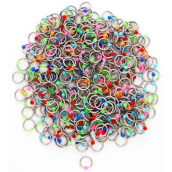 Piercing ze stali z kolorowymi kuleczkami