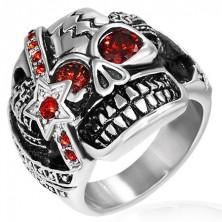 Pierścień ze stali - rozzłoszczona czaszka z medalem, cyrkoniowe oczy