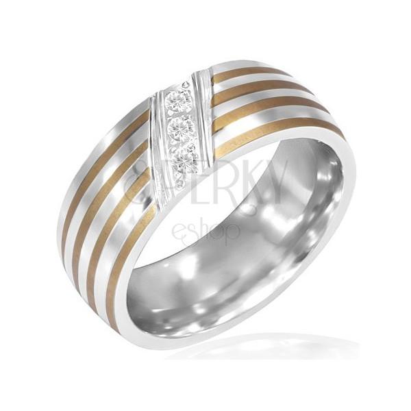 Prążkowany stalowy pierścionek - trzy ukośnie osadzone cyrkonie