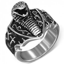 Pierścień ze stali - atakująca kobra na tarczy