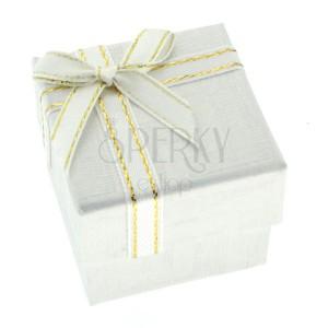Białe pudełeczko na prezent z greckim wzorem i wstążką
